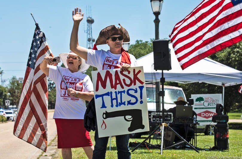 Manifestantes frente a la casa del Gobernador en Baton Rouge el 2 de mayo. Julie Dermansky.